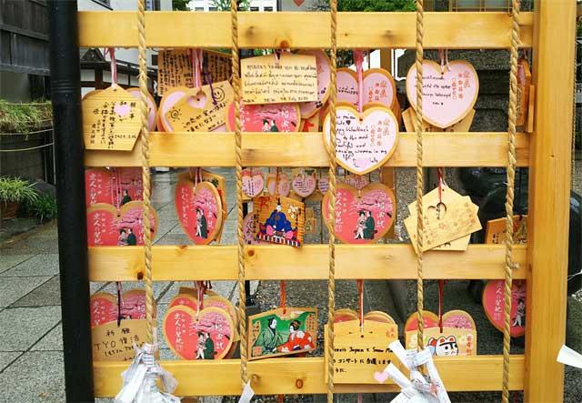 露天神社の縁結び絵馬
