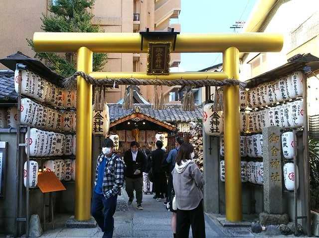 御金神社の金の鳥居